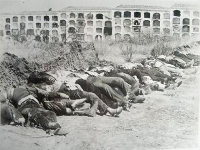 Cadáveres de fuzilados no cemitério de Badajoz.