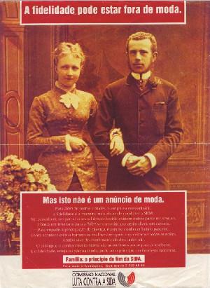 Cartaz da Comissão Nacional de Luta Contra a SIDA(1995) em que uma família heterossexual, branca e tradicional sugeria que a fidelidade era a melhor protecção contra a epidemia.
