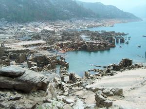Foto das ruinas de Vilarinho da Furna, quando a barragem diminui de caudal.