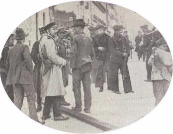 Agatão Lança na rua da escola Politécnica. Legenda: Agatão Lança, na Rua da Escola Politécnica com marinheiros, oficiaisda GNR e do Exército, enquadrados por civis.