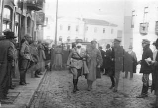 Um dos emissários dos revoltosos é conduzido com os olhos vendados ao encontro com o Ministro da Guerra, nas Devesas em Vila Nova de Gaia. Foto Arquivo Fotográfico de Lisboa.