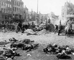 Pela primeira vez na História uma cidade foi alvo de um bombardeamento aéreo consecutivo, até ficar praticamente arrasada. Durante a 2ª Guerra Mundial esta seria a prática corrente das aviações alemã, italiana e aliadas
