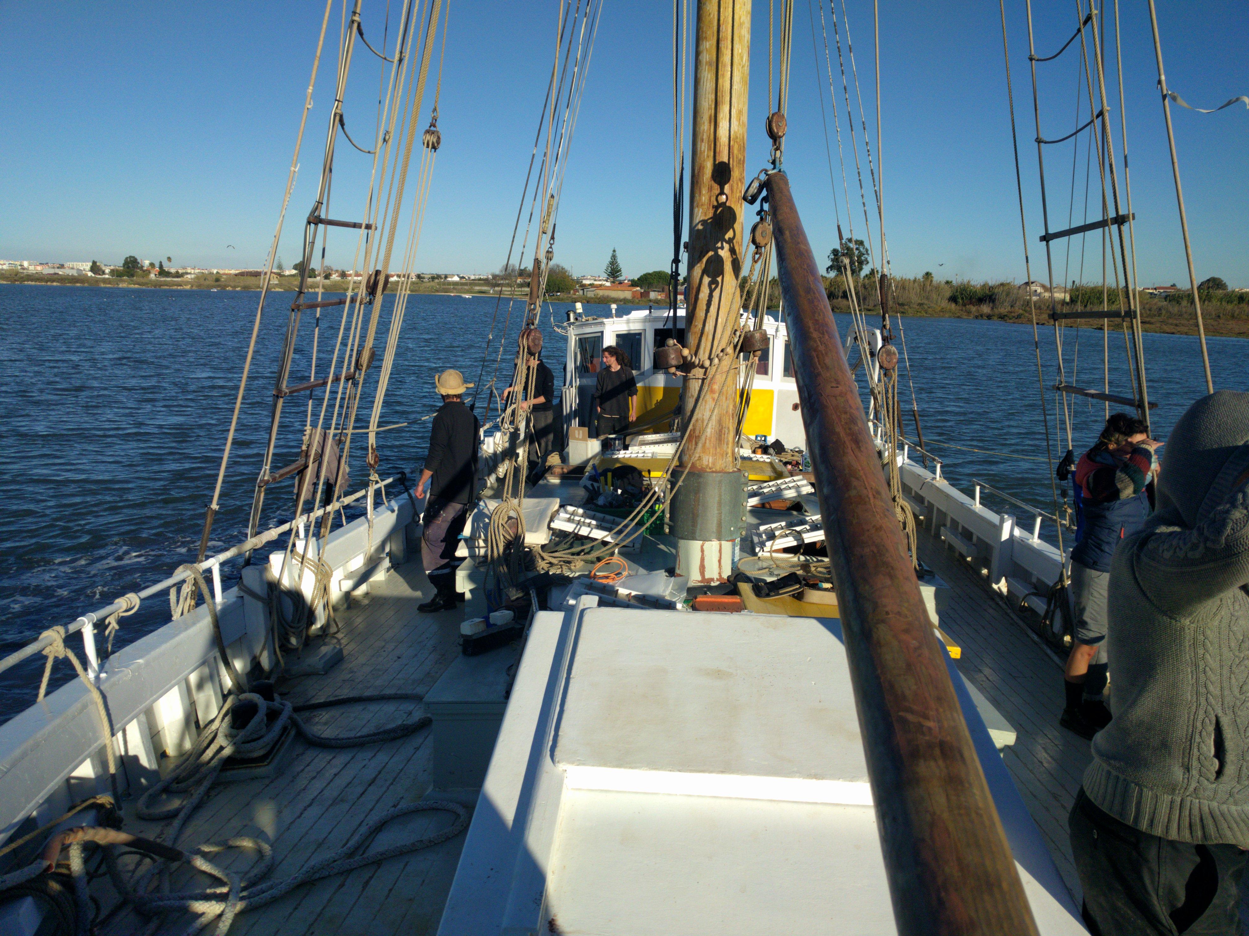 Piratas modernos e comunidades no mar