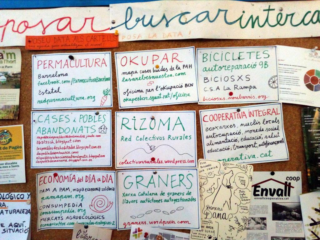 Ponto informativo do Centro Social Okupado de Can Masdeu, em Barcelona, com diversos anúncios relacionados com as «outras economias».